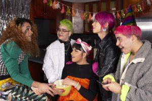 fünf LBGTIQ Menschen auf Geburtstagsfeier