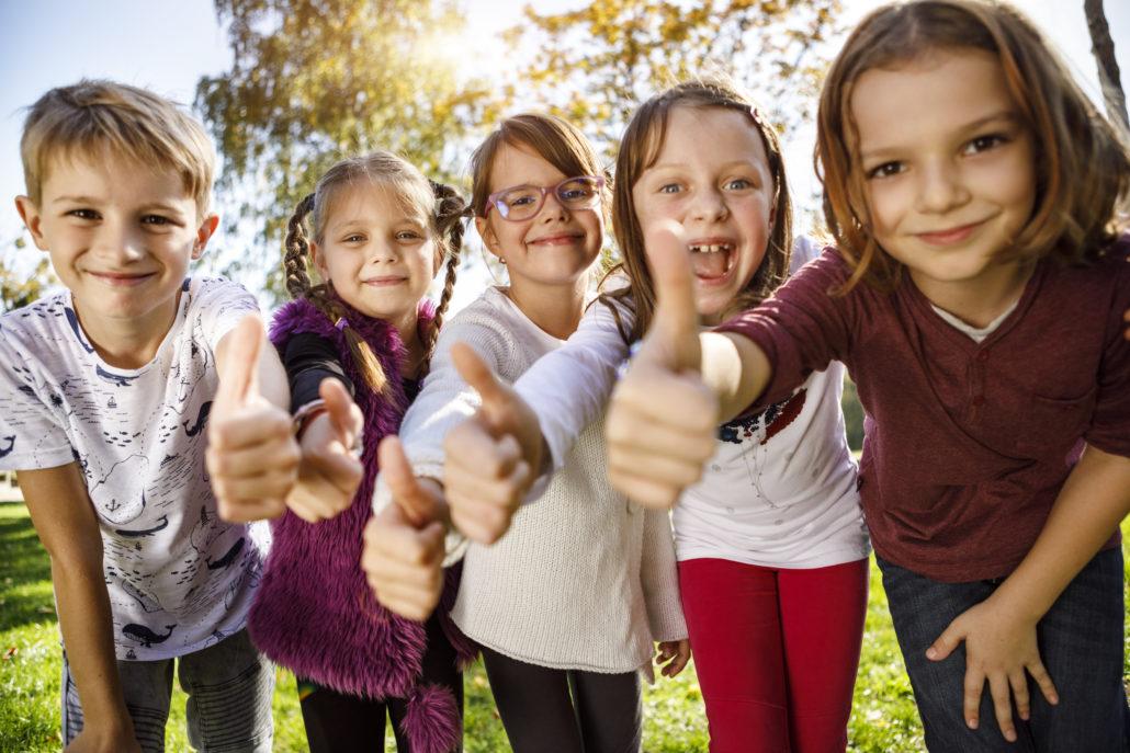 Kindergruppe mit Daumen Hoch